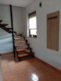 2-es apartman felső szintre vezető lépcső